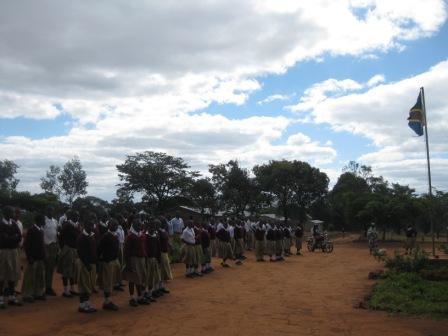 先生の話を聞くため、学校の前に集められていました。