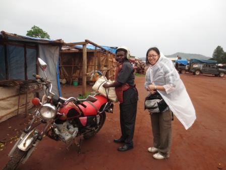 村までは雨の中、カッパを着てこのバイクで40分のオフロード