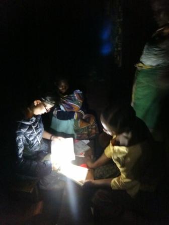 暗闇の中、ヘッドランの灯りでスワヒリ語を教え込まれています