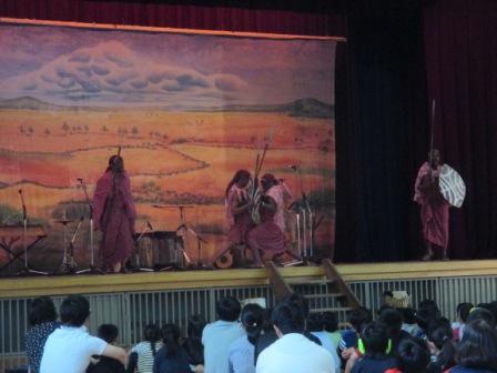 マサイ族の婚約者選びの方法を、ダンスと歌とお芝居で教えてくれました。