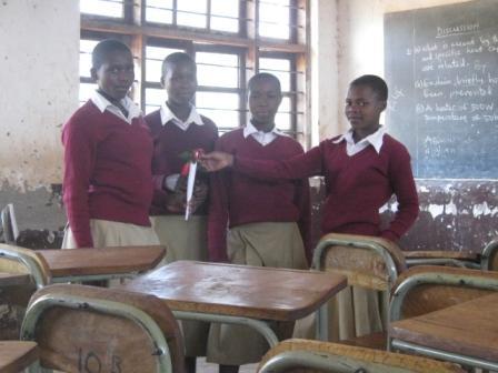 Ngwilizi中学校に通う4人の女の子たち