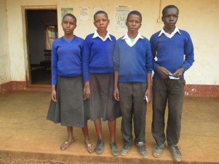 Kindimba中学校に通うのは男の子2人、女の子2人の4人です。