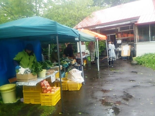雨の中のといの市。安くて美味しい野菜がいっぱい!