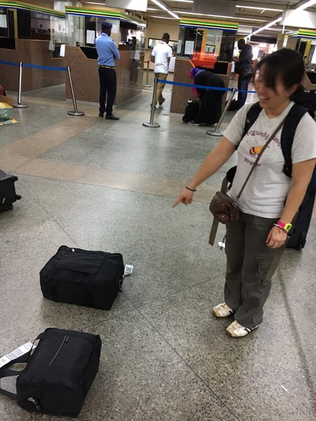 入国に時間が掛かったので預けた荷物はゴミのように転がっていました。。。