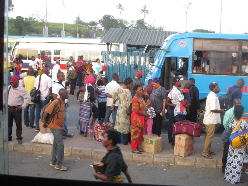 ダルの途中に出来た新しいバススタンド。ここも帰りに不幸の元に。。。