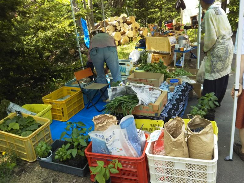 ここでは大根、芋、アスパラ、豆、ニラなど野菜がたくさん並びました。
