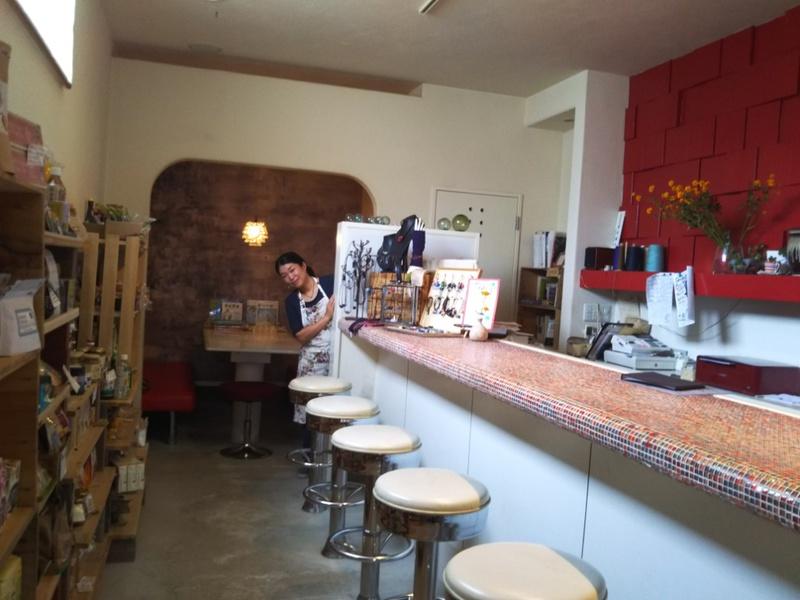雑貨スペースとカフェスペースのある素敵な店内