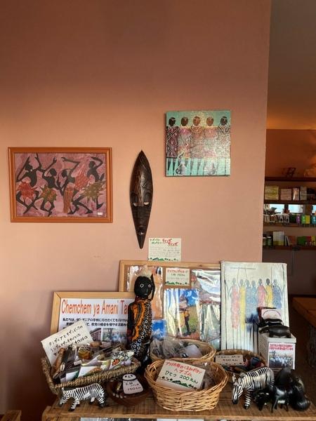 壁にもティンガティンガやバティックなど飾っていただいています。