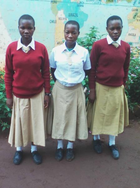 中学4年生の時。左からブラッシア、フローラ、妹のラヘリ。